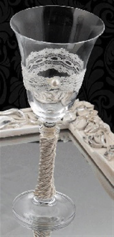 Ποτήρι κρασιού γάμου με λευκή δαντέλα και σκοινί διακοσμημένο με λευκή πέρλα